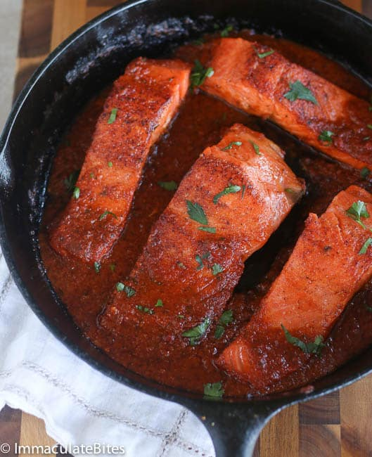 Salmon in spicy tomato sauce